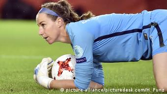 Englands Keeperin Karen Bardsley hält einen Ball (Foto: picture-alliance/picturedesk.com/H. Punz)