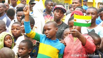 Niños ruandeses durante una campaña del Partido Verde en Ruanda.