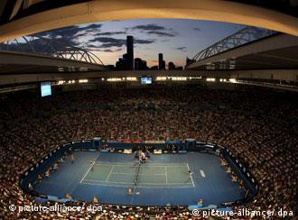 View of the Rod Laver Arena during the semi-finals match between Roger Federer of Switzerland and Andy Roddick of the US at the Australian Open in Melbourne, Australia on 29 January 2009. EPA/HOW HWEE YOUNG +++(c) dpa - Report+++
