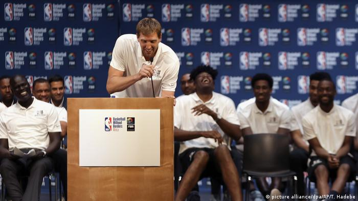 Dirk Nowitzki speaks at a press conference (picture alliance/dpa/AP/T. Hadebe)