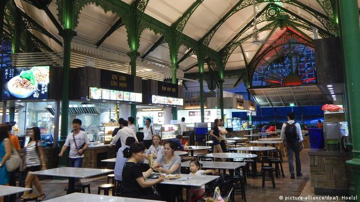 Singapur - Hawker Food Center (picture-alliance/dpa/J. Hoelzl)