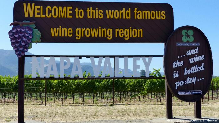 Schild eines Weinguts im kalifornischen Napa Valley (USA) mit der Aufschrift Welcome to this world famous wine growing region (picture-alliance/dpa/B. Munker)