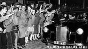 Fans warten auf die Stars der Berlinale 1956