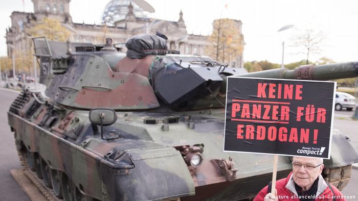 Berlin - Aktion gegen Bau einer Panzerfabrik in der Türkei (picture alliance/dpa/J. Carstensen)