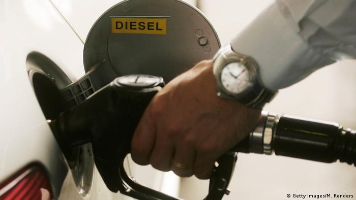 Символическая картинка: заправка дизельного автомобиля.
