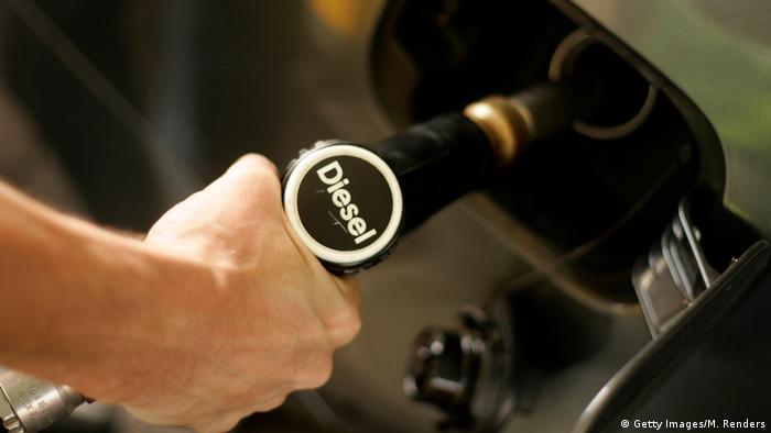 Человек заправляет машину дизельным топливом