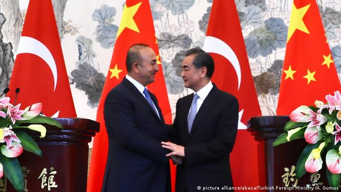 China Türkischer Außenminister Mevlut Cavusoglu trifft Wang Yi (picture alliance/abaca/Turkish Foreign Ministry /A. Gumus)
