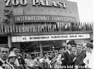 صف طولانی برای تهیه بلیت در برلیناله ۱۹۶۲