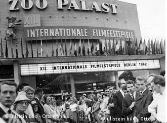 Der rote Teppich vor dem Zoo Palast-Kino in Berlin 1962