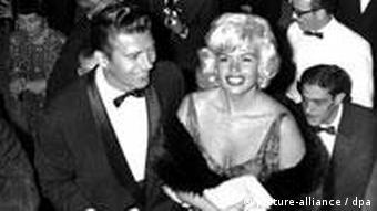 Die US-Schauspielerin Jayne Mansfield in tiefausgeschnittenem Kleid und männlicher Begleitung auf der Berlinale 1961