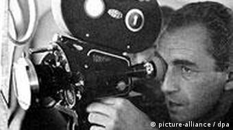 Der italienische Regisseur Michelangelo Antonioni dreht mit einer Filmkamera