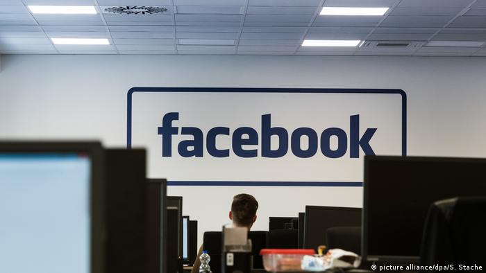 В центре по борьбе с интернет-троллями Facebook в Берлине
