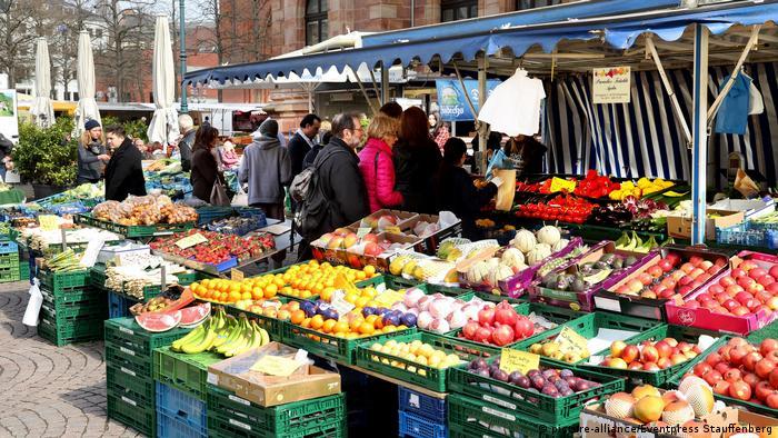 Wochenmarkt in der Innenstadt von Wiesbaden (picture-alliance/Eventpress Stauffenberg)