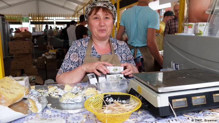 Russland Moskau- Käse Messe: Ljobow Gorbatschowa an ihrem Stand