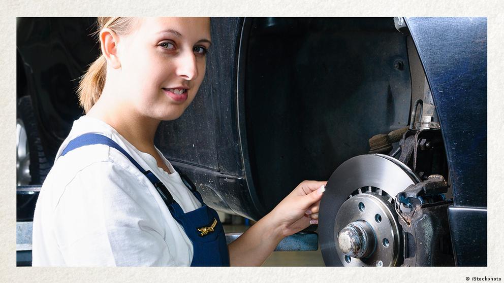 Deutschkurse | Wortschatz | WBS_Foto_Kfz-Mechatronikerin