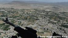 Afghanistan Luftbild aus einem Helikopter über Gardez, der Hauptstadt der Provinz Paktia. Im Vordergrund sieht man ein Maschinengewehr