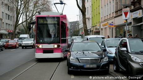 Неправильно припаркований автомобіль Mercedes у Дюссельдорфі і рожевий трамвай