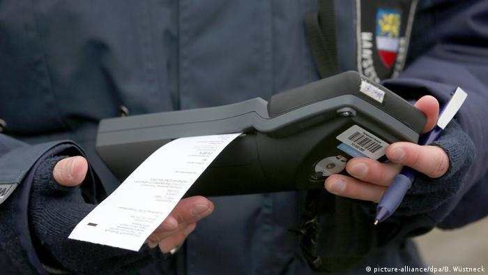 Поліцейський друкує квитанцію про штраф