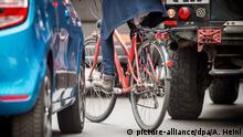 Durch einen zugeparkten Radweg weicht eine Fahrradfahrerin am 26.05.2016 in Berlin auf die Fahrbahn aus. Mit einer Aktionswoche wollen Berliner Polizei und Ordnungsämter ab Montag (30. Mai) gegen Falschparker auf Fahrrad- und Busstreifen vorgehen. Foto: Alexander Heinl/dpa (zu dpa Knöllchenwoche in Berlin - Falschparker im Visier 27.05.2016) | Verwendung weltweit