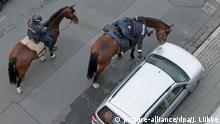 dpatopbilder - Eine Polizistin beugt sich am 03.05.2017 in Hannover (Niedersachen) zu einem falsch geparkten Fahrzeug herunter, um einen Strafzettel zu befestigen. Foto: Jochen Lübke/dpa | Verwendung weltweit