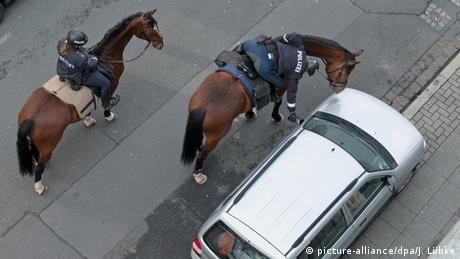 Кінна співробітниця поліції приліплює талон про штраф на неправильно припарковане авто у Ганновері