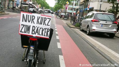 Неправильно припаркований велосипед у Кельні з плакатом Ненадовго до пекаря