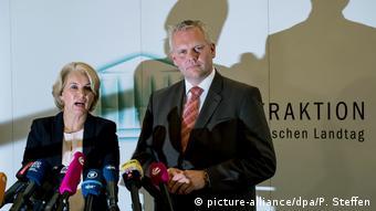 H Έλκε Τβέστεν ανακοινώνει την προσχώρηση της στους Χριστιανοδημοκράτες παρουσία του Μπγόρν Τύμλερ, προέδρου της ΚΟ του CDU