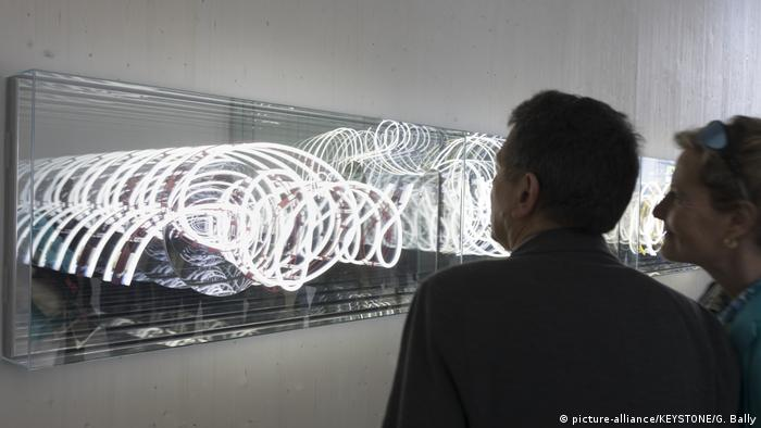 Brigitte Kowanz und Ihre Installation Infinity and Beyond (picture-alliance/KEYSTONE/G. Bally)