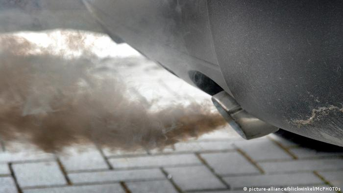 Exhaust coming out of a car (picture-alliance/blickwinkel/McPHOTOs)