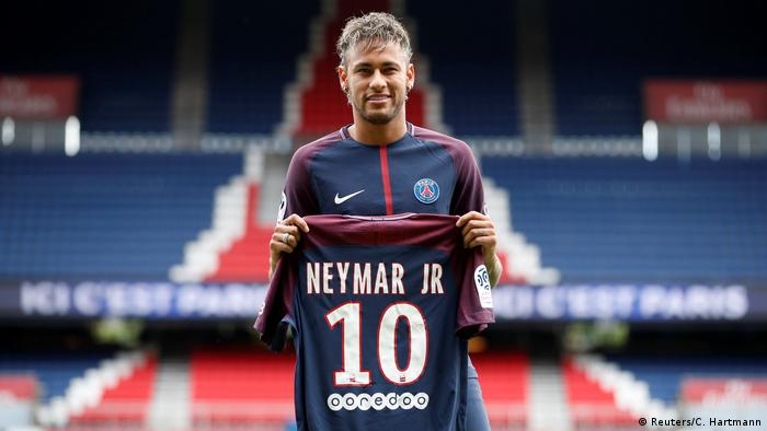Neymar exibe a camisa do Paris Saint-Germain