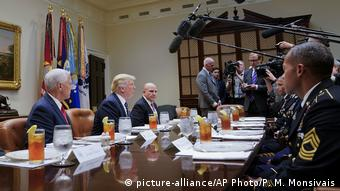 USA Washington - Donald Trump, Mike Pence, H.R. McMaster (picture-alliance/AP Photo/P. M. Monsivais)