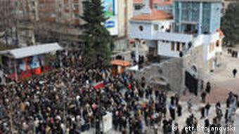 Das neue Museum gewidmet der Mutter Theresa in Skopje, Mazedonien und Besucher der feierlichen Eröffnung am 30.01.09.