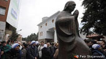 Schwestern des Ordens der Mutter Theresa bei ihrem Denkmal im Stadtzentrum von Skopje