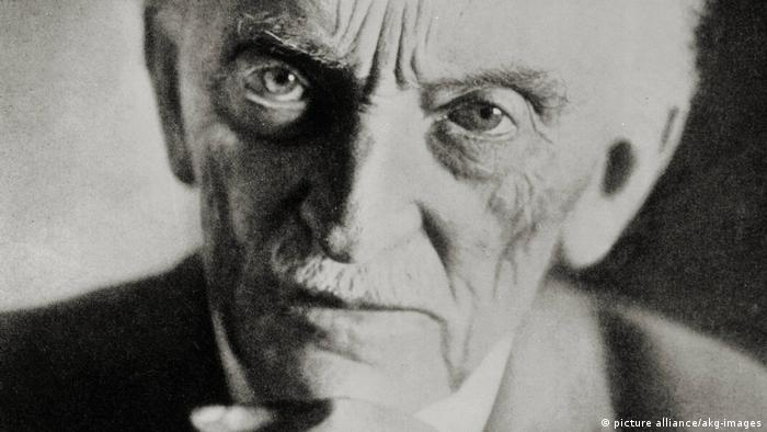 A black and white portrait of Emil Nolde in 1952 (picture alliance/akg-images)