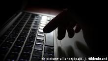 ARCHIV- ILLUSTRATION - Ein Mann arbeitet am 12.07.2014 in Kaufbeuren (Bayern) an der Tastatur eines Laptops. Zunehmende Online-Kriminalität macht Brandenburger Unternehmen zu schaffen. (zu Brandenburger Betriebe leiden unter Internetkriminalität vom 12.07.2017) Foto: Karl-Josef Hildenbrand/dpa +++(c) dpa - Bildfunk+++   Verwendung weltweit