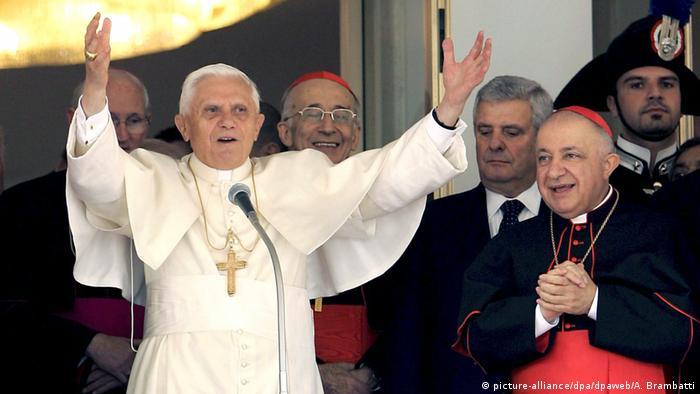 Pope Benedict XVI (picture-alliance/dpa/dpaweb/A. Brambatti)