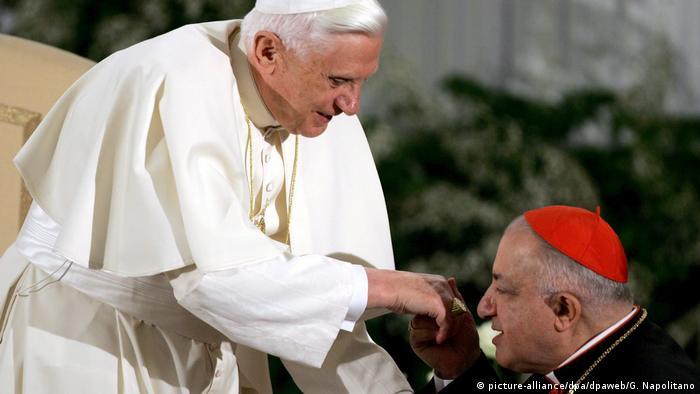 Papst Benedikt und Dionigi Tettamanzi Erzbischof von Mailand (picture-alliance/dpa/dpaweb/G. Napolitano)