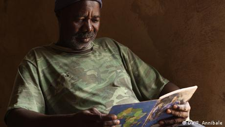 Senegal - Goldabbau - A man reading a book sitted in his new house (DW/F. Annibale)