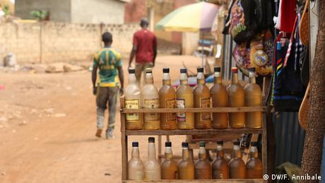 Senegal - Goldabbau - Bottles filled with petrol displayed outside a shop (DW/F. Annibale)