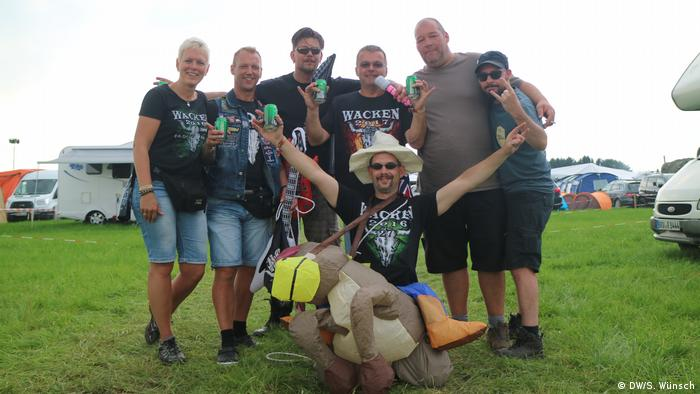 A group celebrates the end of bachelorhood at Wacken Open Air and poses for a picture (DW/S. Wünsch)