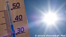 19.08.2012 ILLUSTRATION - ARCHIV - Ein Thermometer zeigt am 19.08.2012 im brandenburgischen Sieversdorf (Oder-Spree) 38 Grad Celsius in der Sonne an. Kein Thema bewegt die Republik so wie das Wetter. Wichtig wird das Wetter auch zum langen Wochenende, das das heißeste Pfingsten seit 50 Jahren werden könnte. Warme Luft aus dem Süden treibt die Temperaturen voraussichtlich auf Werte von mehr als 30 Grad. Foto: Patrick Pleul/dpa (zu dpa «Das Wetter - Deutschlands beliebtestes Smalltalk-Thema» vom 06.06.2014) +++(c) dpa - Bildfunk+++ | Verwendung weltweit