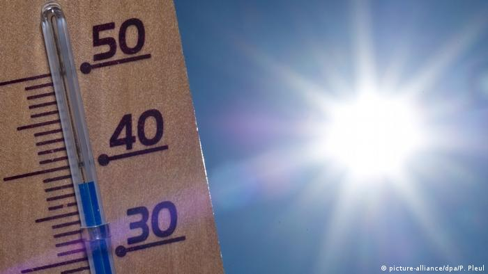 A thermometer with the sun in the background (picture-alliance/dpa/P. Pleul)