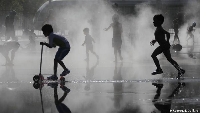 children play in mist of a fountain in Nice (Reuters/E. Gaillard)