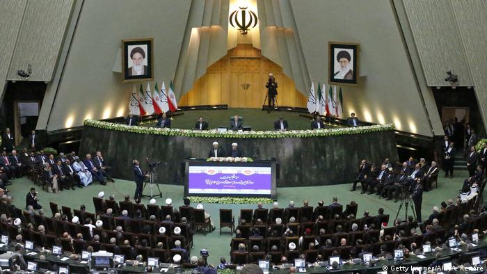 Iran Präsident Ruhani im Parlament vereidigt (Getty Images/AFP/A. Kenare)