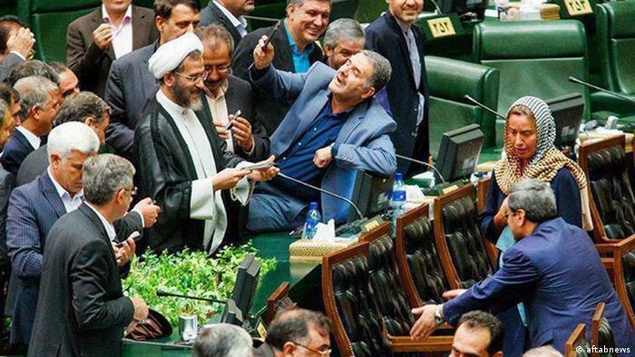 ذوق زدگی نمایندگان مجلس از حضور موگرینی و تلاش آنها برای سلفی گرفتن با او روی دیگر ماجرا بود. مسئلهای که بعدا برای نمایندگان دردسر ساز شد.