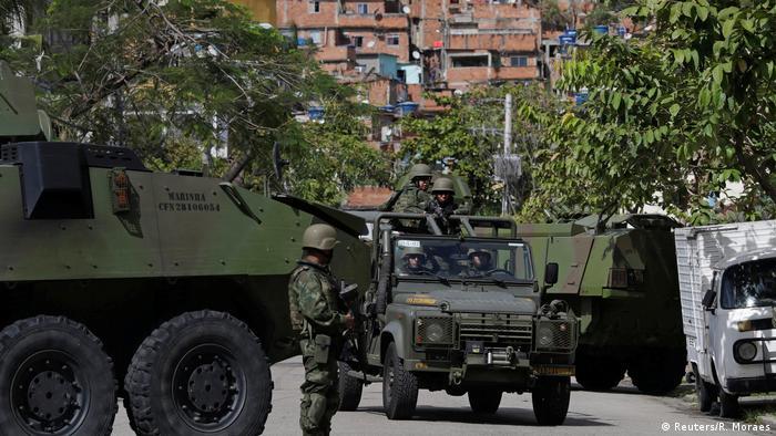 Drei mMilitärfahrzeuge vor einer Häuserkulisse (Foto: Reuters)