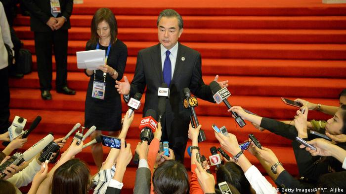Chinas Außenminister Wang Yi bei einer Pressekonferenz in Manila (Getty Images/AFP/T. Aljibe)