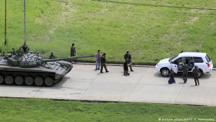 Krise in Venezuela - Straßenkontrolle (picture alliance/AP/J. C. Hernandez)