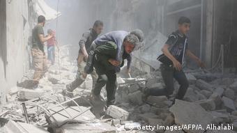 Άνθρωποι μέσα σε χαλάσματα στο Χαλέπι