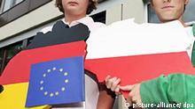 Symbolbild Deutschland Polen EU Zum Besuch des polnischen Premierministers Donald Tusk halten zwei Schüler am Freitag (05.09.2008) vor dem Gymnasium Bersenbrück (Landkreis Osnabrück) zwei Tafeln in Form der Länder Deutschland (l) und Polen in Händen. Tusk hat sich bei optimistisch zu den deutsch-polnischen Beziehungen geäußert. Mittlerweile entwickelten auch viele einfache Menschen in Polen einen differenzierten Blick auf Deutschland, nicht nur Politiker, sagte Tusk bei einer Podiumsdiskussion mit Schülern. Foto: Friso Gentsch dpa/lni +++(c) dpa - Report+++